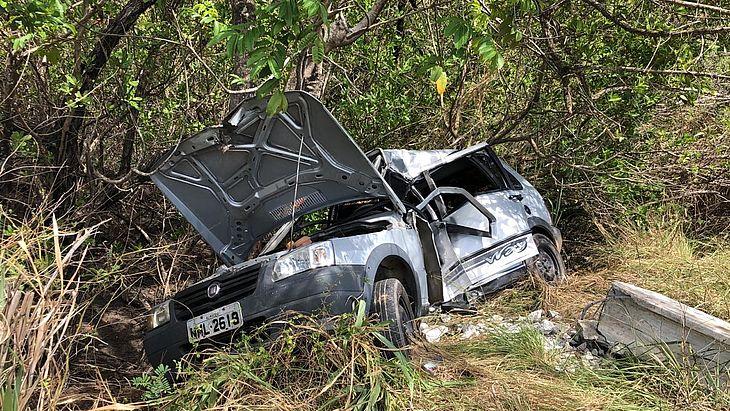 Carro ficou destruído com impacto
