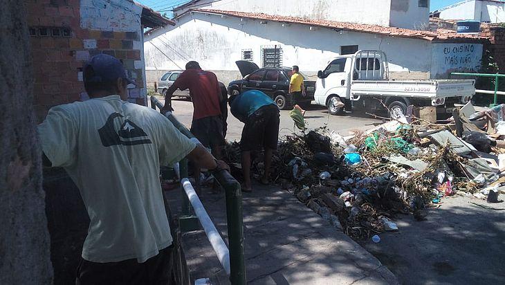 Moradores usaram lixo para protestar