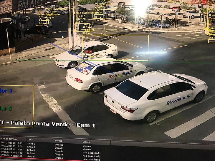 Nas imagens é possível ver a movimentação da via e marcações que mostram, por exemplo, a velocidade do veículo