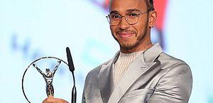 Lewis Hamilton mostra o Laureus de melhor atleta masculino de 2019