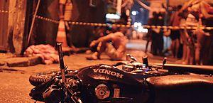 Pai chora próximo ao corpo da criança atropelada por moto