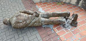 Estátua de Ariano Suassuna é alvo de vandalismo no Centro do Recife