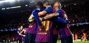 Messi faz dois, Coutinho marca e Barça goleia Lyon nas oitavas da Champions