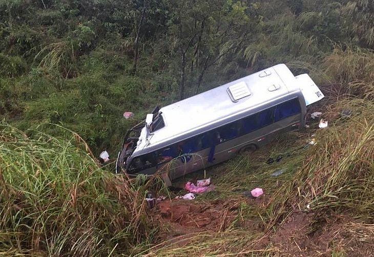 Micro-ônibus caiu em uma ribanceira às margens da pista