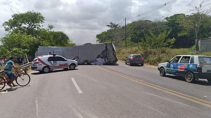 Acidente entre dois caminhões deixou trânsito bloqueado na Ladeira do Catolé