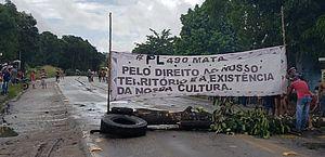 Indígenas protestam contra PL 490 e bloqueiam os dois sentidos da BR-101, em Joaquim Gomes