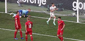 Bélgica vence de virada a Dinamarca em jogo marcado por homenagens a Eriksen