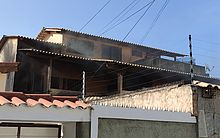 Casa segue com fumaça saindo de sua estrutura