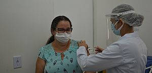 Trabalhadores do Hospital Helvio Auto são vacinados contra Covid-19