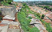 Muro irregular ameaça cair e obriga 25 famílias a deixar as casas em Bebedouro