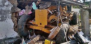 Acidente com motoniveladora destrói casa no município de Feira Grande