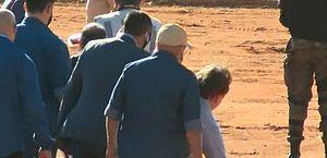Presidente vai a inauguração de hospital em Goiás e leva tombo após desembarcar de helicóptero