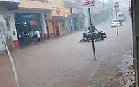 Chuva forte causa alagamentos em Palmeira dos Índios; veja vídeos