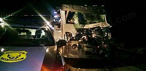 Dois ficam presos às ferragens de caminhão após acidente no interior