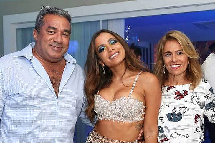 Anitta com os pai Mauro Machado, a mãe Miriam Macedo