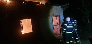 Morador esquece vela acesa e fogo toma conta de casa em Penedo; veja vídeo