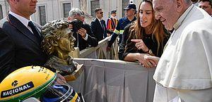 Papa recebe capacete de Ayrton Senna