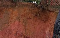 Com erosão em terreno, parte de muro cede em condomíniodo Jardim Petrópolis