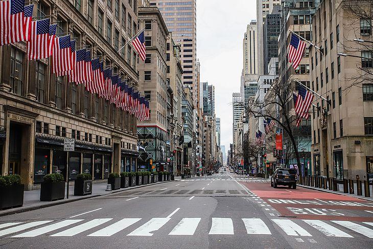 Quinta avenida é vista vazia durante durante pandemia de Coronavirus COVID-19 em Nova York nos Estados Unidos