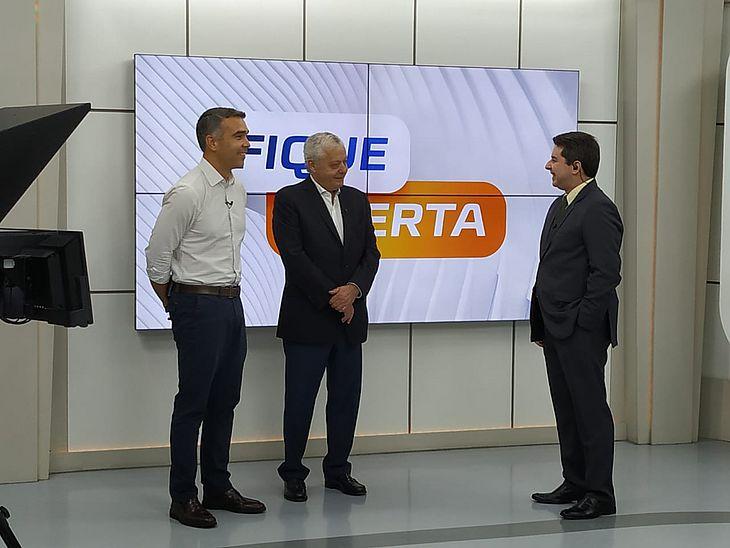 O secretário Rafael Brito (à esquerda) e o diretor da TAP Geral Brasil, Mário Carvalho (centro), estiveram na TV Pajuçara