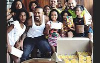Nego do Borel distribui chocolate e faz a alegria de crianças na comunidade onde nasceu