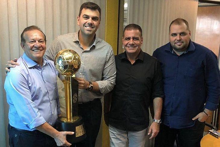 Dirigentes do CSA com o presidente do Olimpia em Assunção