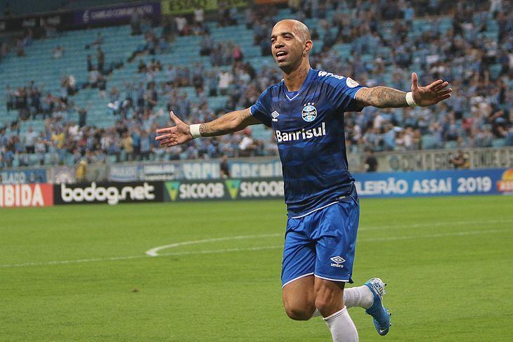 Diego Tardelli comemora o gol no início do jogo