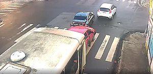 Momento em que ônibus sem freio arrasta carro na Ladeira dos Martirios