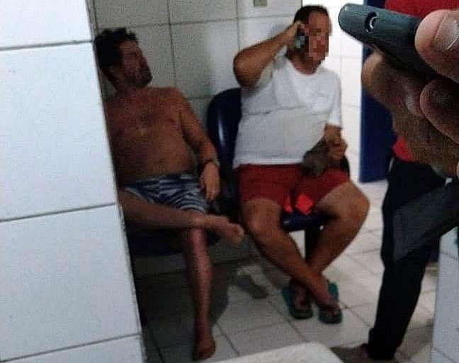 Thiago (sem camisa) foi detido por desacato em abril deste ano