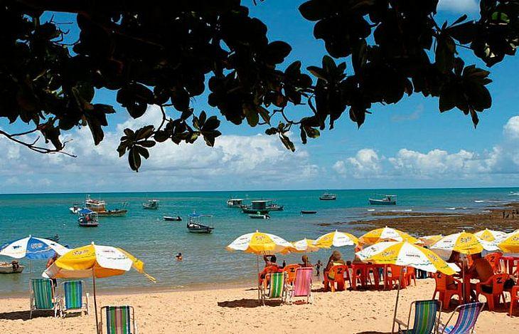 Praia do Forte é uma das atingidas por óleo que afeta litoral do Nordeste