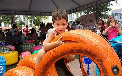 Crianças se divertem, trocam brinquedos e aprendem sobre consumo e reciclagem