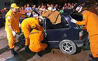 Militares precisaram usar equipamentos hidráulicos para resgatar vítima de ferragens de carro