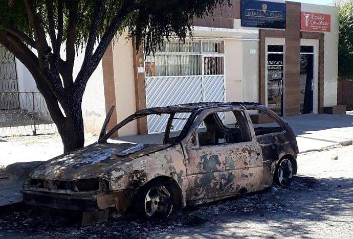 Carro queimou em via pública de Delmiro