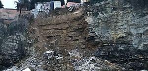 Caixões caem no mar após deslizamento de terra em cemitério na Itália