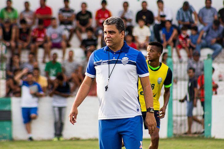 Técnico Marcelo Cabo em treinamento no Estádio Juca Sampaio