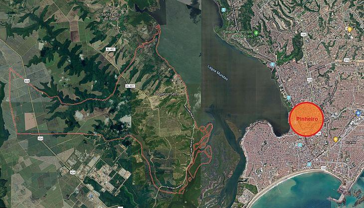 Coqueiro Seco fica às margens da lagoa pelo lado oeste, enquanto o Pinheiro, Mutange e Bebedouro estão nas margens pelo lado leste