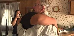 Entregador de pizza de 89 anos recebe 12 mil dólares de 'gorjeta' e se emociona; veja