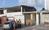 Sem acordo com a Braskem, família faz mutirão e volta a morar em casa no Pinheiro