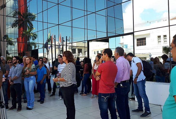 Servidores em protesto na porta do Palácio