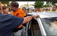 Vídeos: Cid Gomes chega a quartel em retroescavadeira e é atingido por tiro