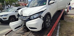 Motorista bate carro em poste e trânsito fica lento em cruzamento na Jatiúca