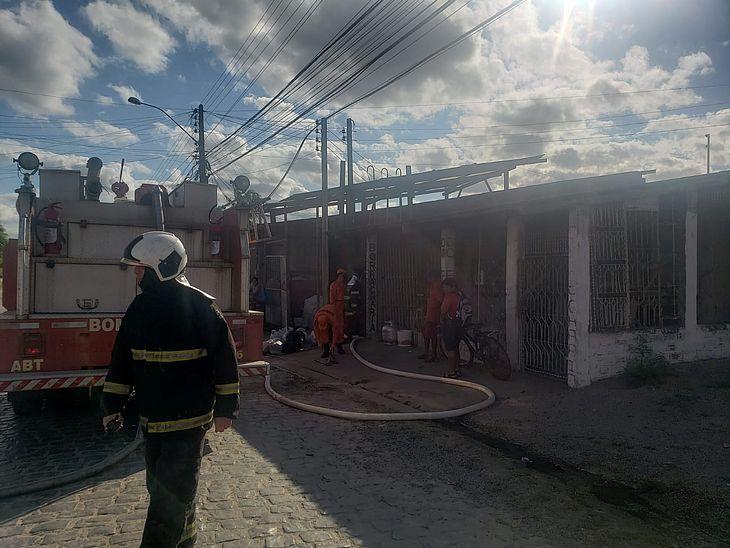 Ocorrência em Arapiraca mobilizou 10 bombeiros para debelar o fogo e fazer o rescaldo do ambiente