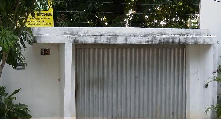 Porta do sítio onde ocorreu o atentado