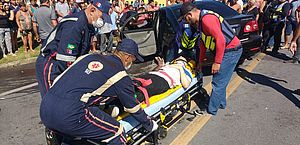 Dois ficam feridos após acidente entre carro e caminhão na BR-101