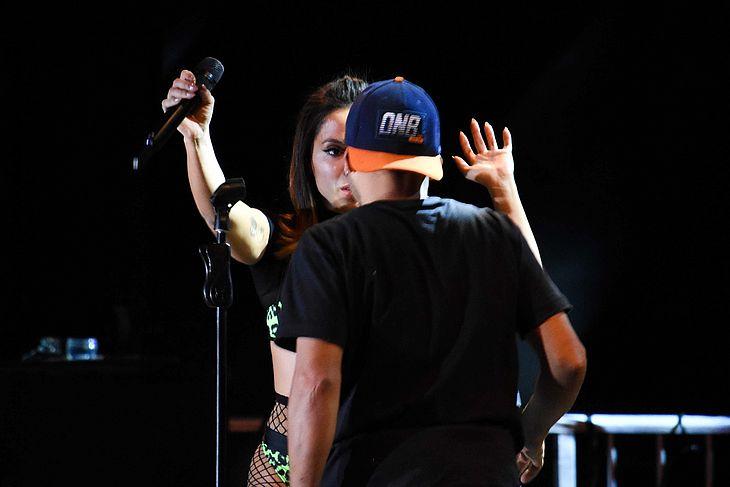 A reação de Anitta ao ver o homem se aproximando no palco