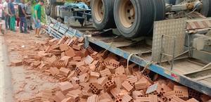 Vídeos: acidente com caminhão carregado de tijolos deixa preso às ferragens na BR-104