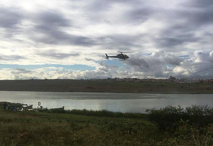Helicóptero sobrevoou lago em busca de desaparecido