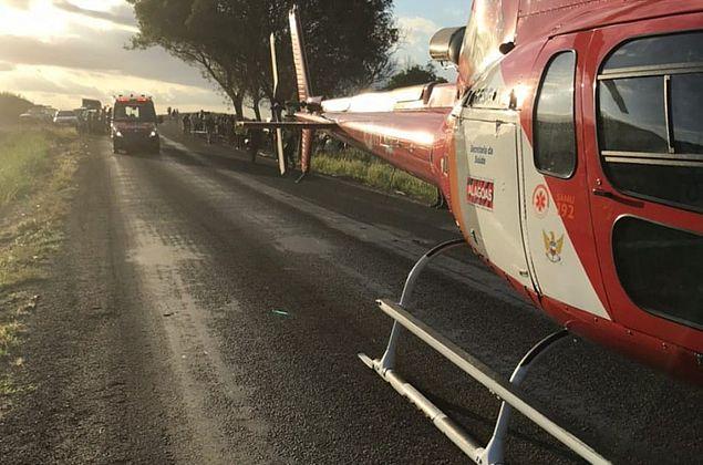 Carro capota e quatro pessoas ficam feridas em acidente na BR-104, em Ibateguara