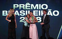 Dona Tereza, mãe de Marta, surpreende a rainha e entrega premiação em cerimônia da CBF