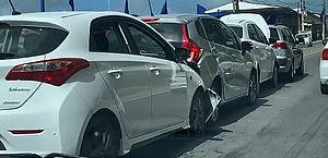 Vídeo: engavetamento com quatro carros deixa trânsito lento na Leste Oeste